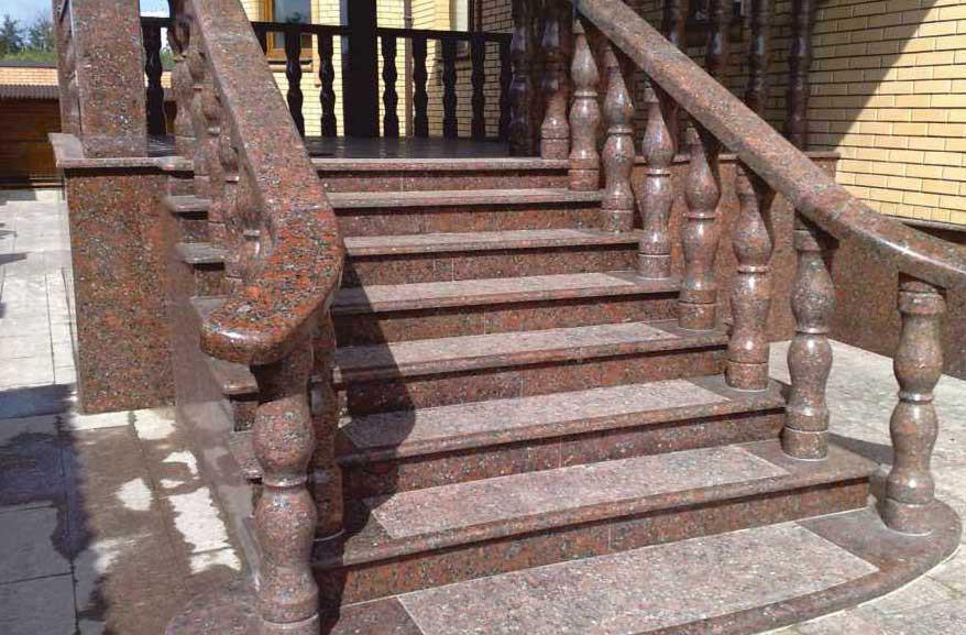 Лестница из гранита в частном доме