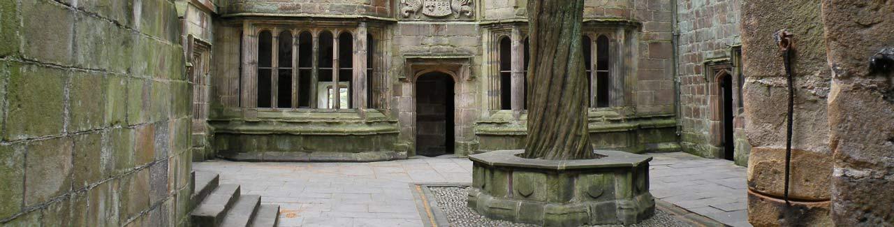 внутренний двор замка из гранита